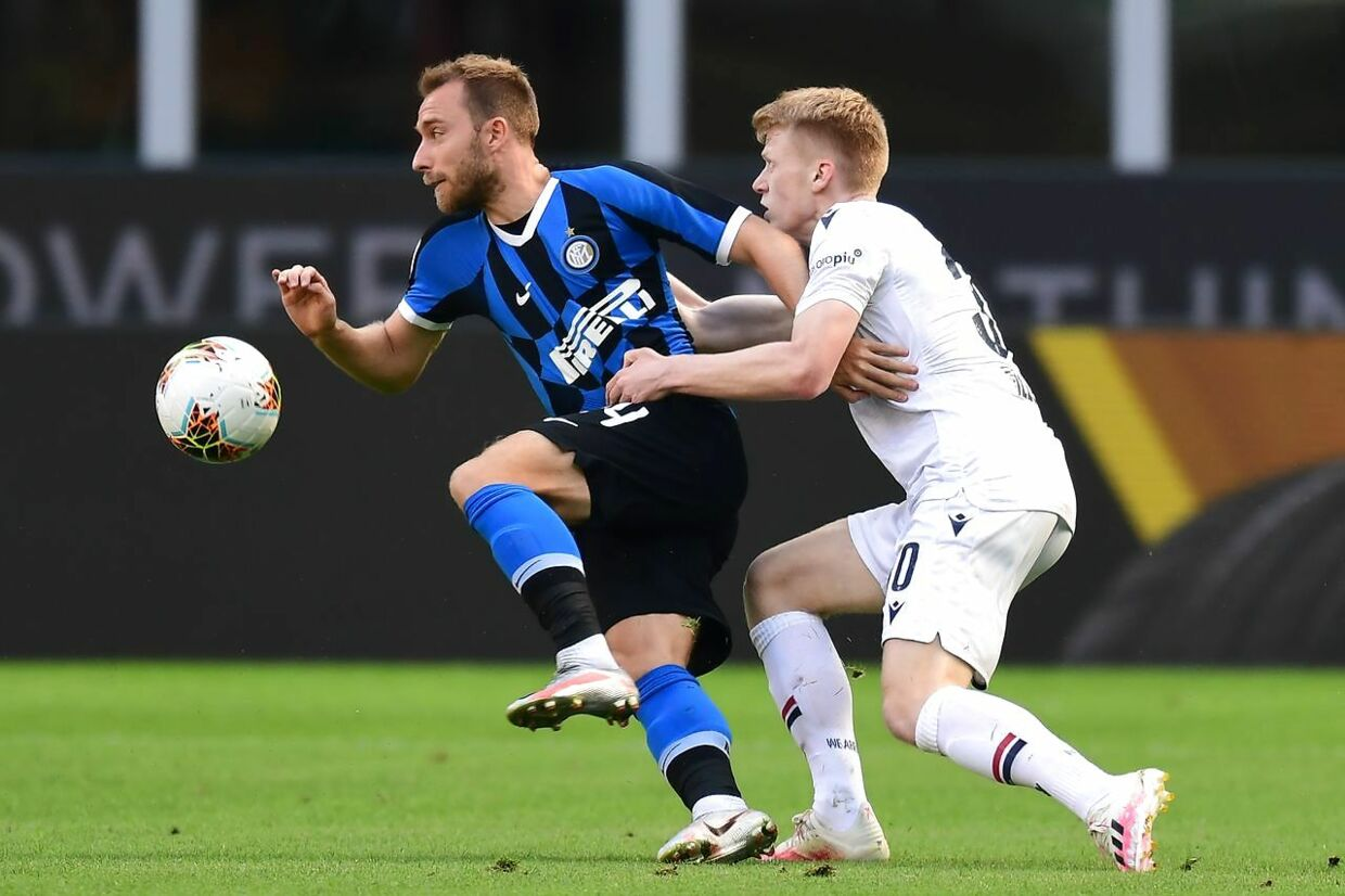 Inter Milan's Danish midfielder Christian Eriksen (L) vies for the ball with Bologna's Dutch midfielder Jerdy Schouten (R) during the Italian Serie A football match between Inter Milan and Bologna played behind closed doors on July 5, 2020 at the Giuseppe-Meazza San Siro stadium in Milan. (Photo by MIGUEL MEDINA / AFP)