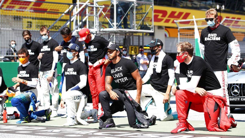 Lewis Hamilton gik på knæ og havde iført sig en 'Black Lives Matter'-trøje. Andre var iført en trøje med skriften 'End Racism'.