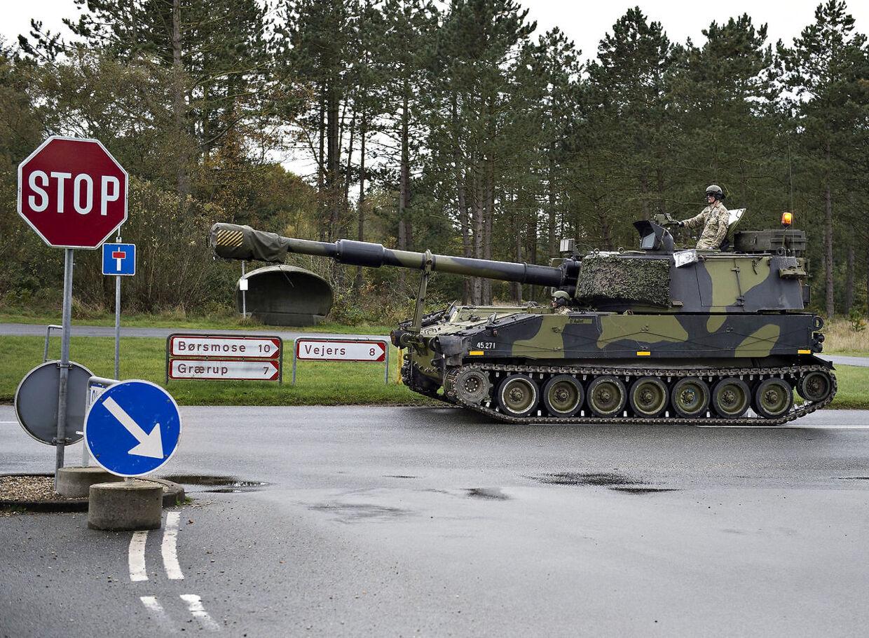 Her ses kampvogn på vej til det militære træningsområde i Oksbøl.