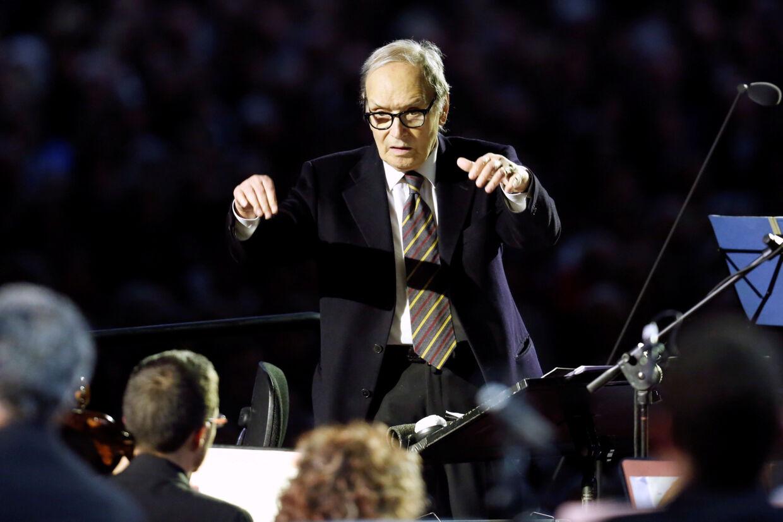 Ennio Morricone dirigerer en koncert i 2016. Han har lavet musik til omkring 500 film, og han er altså allermest kendt for musikken til landsmanden Sergio Leones berømte spaghettiwesterns. (Arkivfoto). Remo Casilli/Reuters