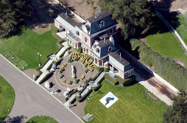 Neverland som Michael Jackon ejede frem til hans død. Ifølge anklagerne var det her, hvor misbrug af børn skulle have fundet sted.