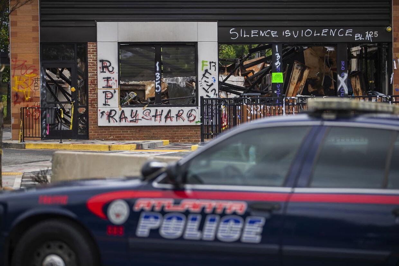 En politibil fra Atlanta er parkeret der, hvor de otteårige Secoriea Turner blev dræbt.