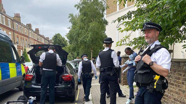 Politiet undersøgen bilen.