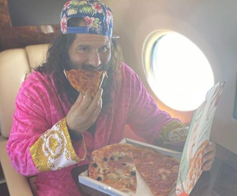 Jorge Masvidal fik sig en pizza på flyet mod Abu Dhabi.