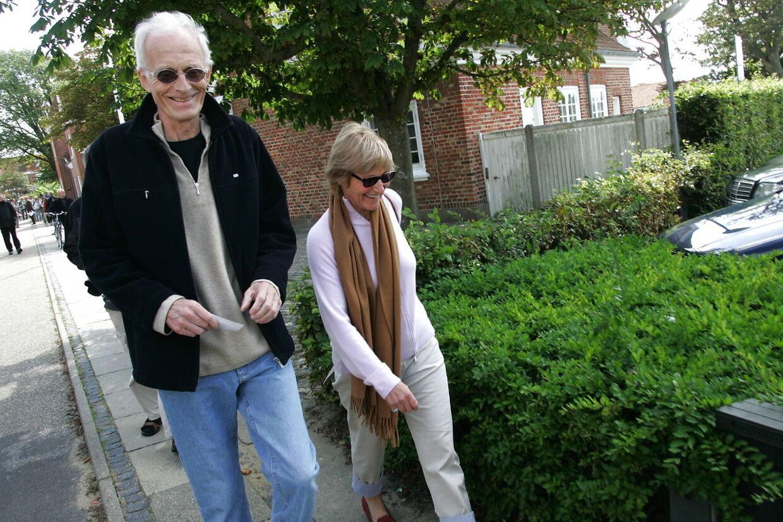 Mogens Amdi Petersen sammen med sin samleverske, Kirsten Larsen, kort efter, de blev frikendt i byretten i Ringkøbing i 2006.