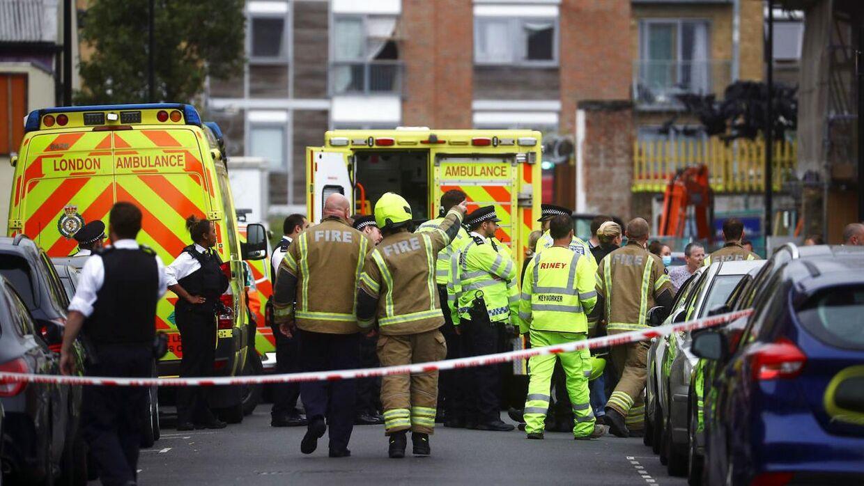 En kran er kollapset i Bow i det østlige London.