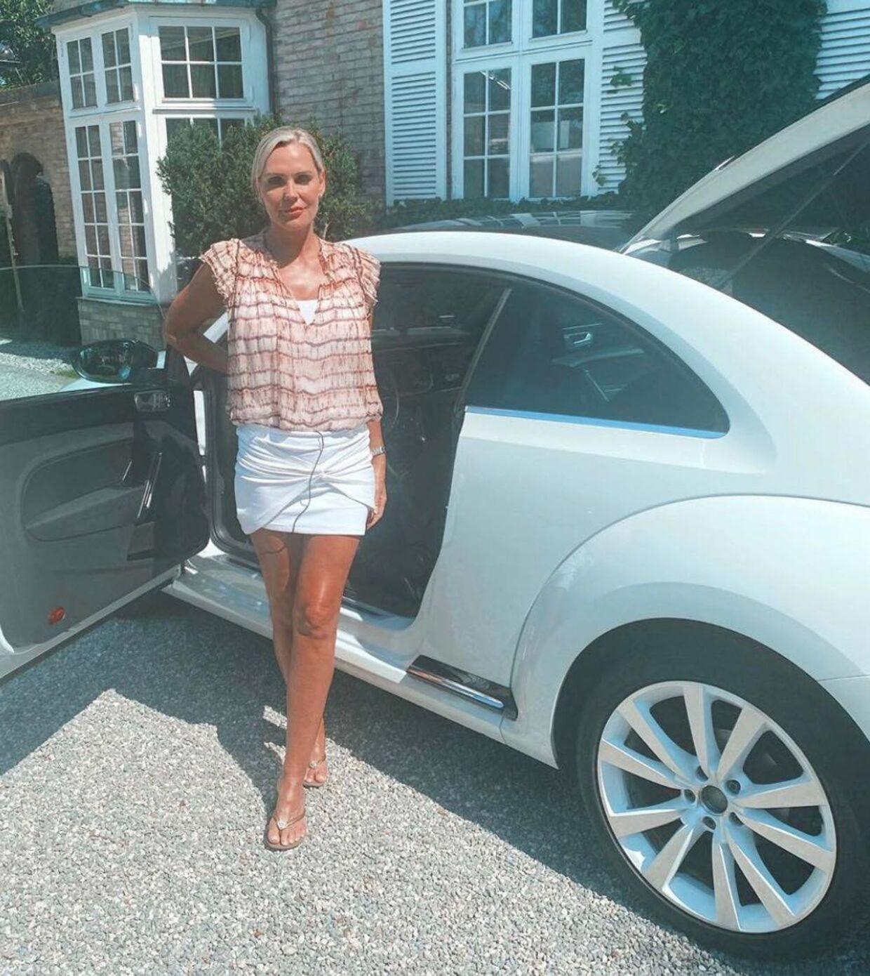 Janni Ree med sin nye bil – før den fik buler på vej til Sydfrankrig.