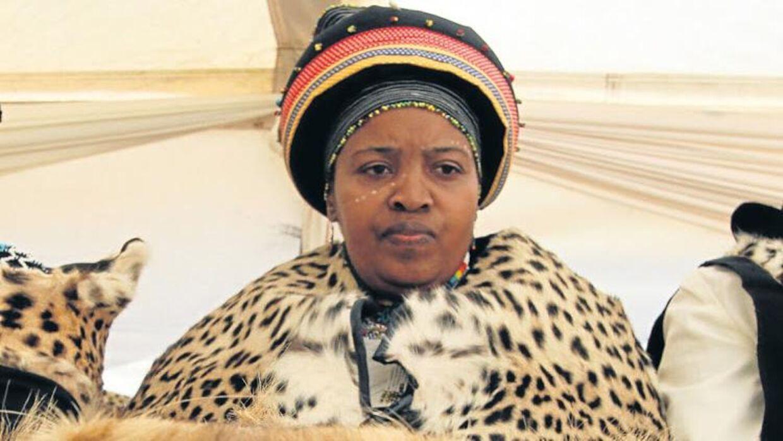 Dronning Noloyiso Sandile fra Sydafrikas amaRharhabe-stamme er afgået ved døden som konsekvens af coronavirus.
