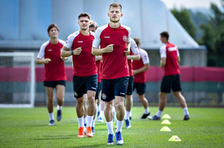 Mathias Jensen (i front) under U21-landsholdets træning i Udine, onsdag 19. juni 2019.