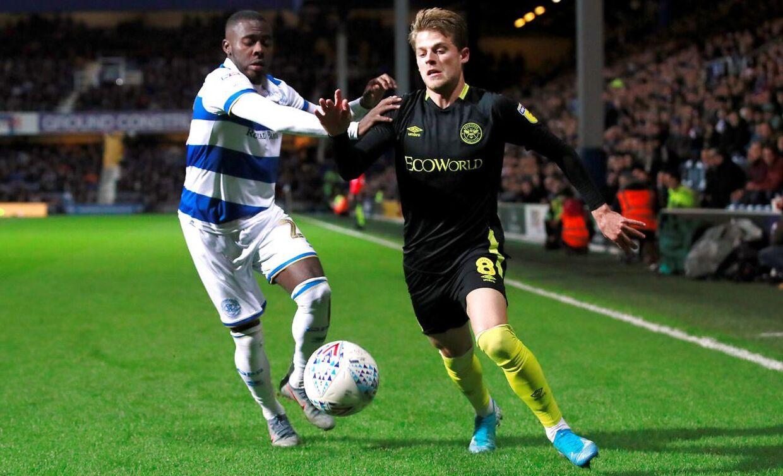 Mathias Jensen i aktion for Brentford mod Queens Park Rangers' Bright Osayi-Samuel 28. oktober 2019.
