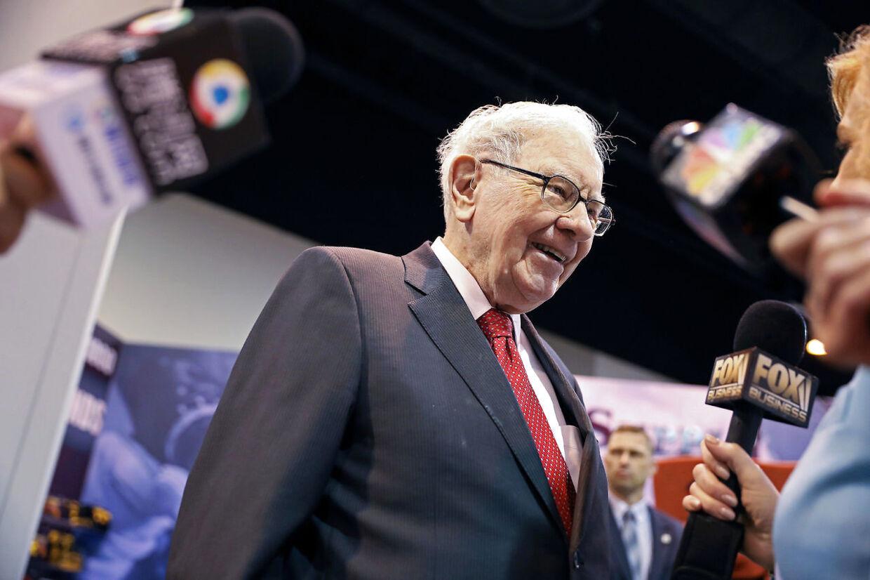 På det årlige aktionærmøde i Berkshire Hathaway svarer Warren Buffett på spørgsmål fra både medier og aktionærer. Her ses han på mødet i 2019.