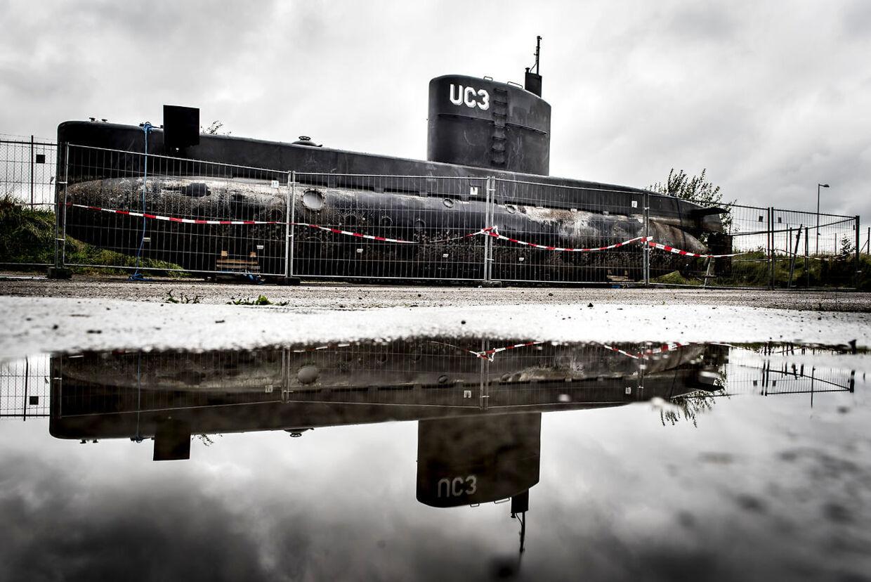 Peter Madsens ubåd UC3 Nautilus står bag hegn i København mandag 11. september 2017.