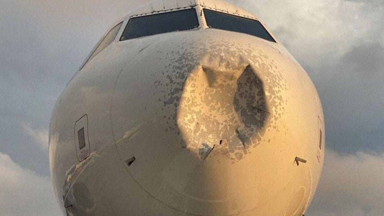 Sådan så flyet ud efter haglstormen. Foto: Bill Ritter/Twitter