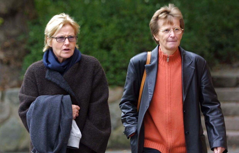 Kirsten Larsen (tv.) og Ruth Sejerøe-Olsen under byretssagen i Ringkøbing i 2006. Begge en del af Amdis harem af kvinder.