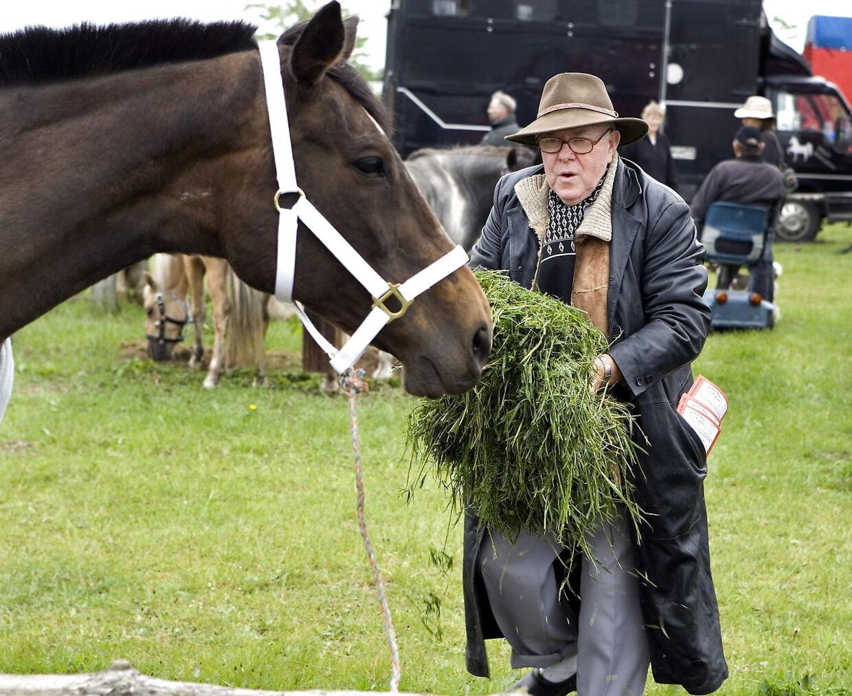 (ARKIV) Låsby-Svendsen fodrer sin hest på Hjallerup Marked, den 1. j uni 2007. Jens Peter Svendsen, også kendt som Låsby-Svendsen, er død, efter han for tre måneder siden kom ud for et uheld i hjemmet. Han blev 90 år. Det skriver BT ifølge Ritzau, fredag den 10. juli 2020.. (Foto: Henning Bagger/Ritzau Scanpix)