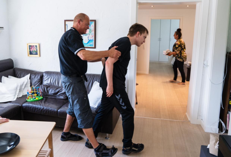 Ralph Bollhorn er nødt til at støtte sønnen, når han går, for hans balance er dårlig, og han har ikke længere kontrol over sin krop.