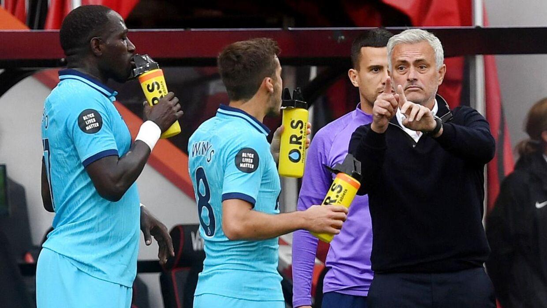 José Mourinho instruerer sine spillere under Tottenhams kamp mod Bournemouth.
