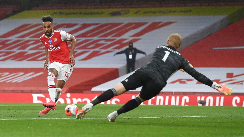 Pierre-Emerick Aubamyang i direkte duel med Leicester-målmand Kasper Schmeichel.