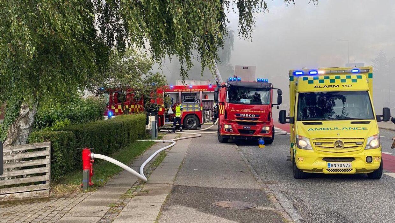 En ville på Vroldvej i Skanderborg er brudt i brand, og der er flere redningsfartøjer til stede.