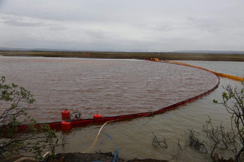 Mineselskabet Nornickel var i maj skyld i stor miljøskandale i det nordligste Rusland, da 21.000 dieselolie slap ud fra en af virksomhedens fabrikker. Nu har virksomheden erkendt nyt udslip i det miljøfølsomme område (Arkivfoto). Russian Emergencies Ministry/Reuters