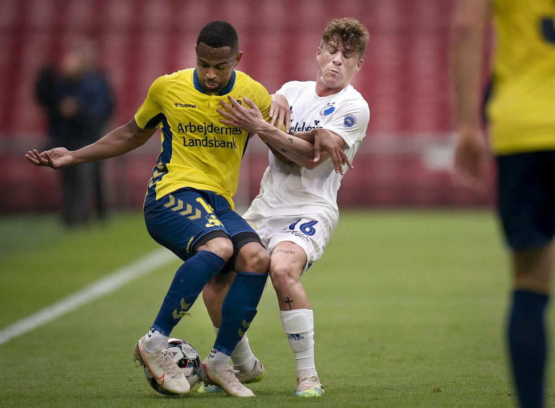 Brøndbys Kevin Mensah og FCKs Pep Biel under superligakamp mellem FCK- Brøndby IF i Telia Parken søndag den 12 juli 2020. (Foto: Liselotte Sabroe/Ritzau Scanpix)