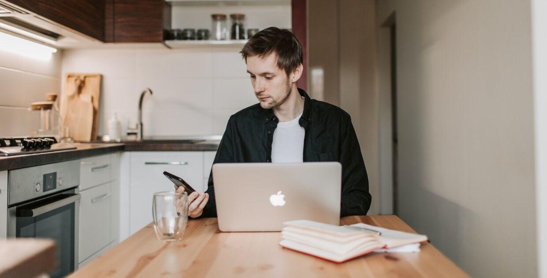 Du kan nemt spare penge på nettet, hvis du bare bruger lidt tid på at researche. F.eks. ved at bruge prissammenligningssider, eller bruge rabatkoder.