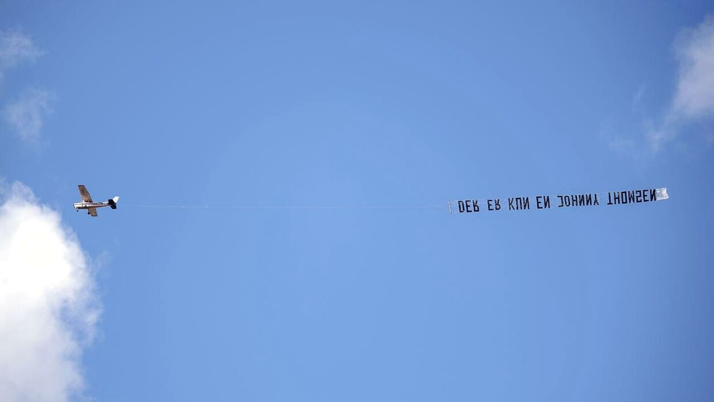 'Der er kun en Johnny Thomsen' stod der på banneret, der fløj over stadionet i Randers lørdag 11. juli 2020.