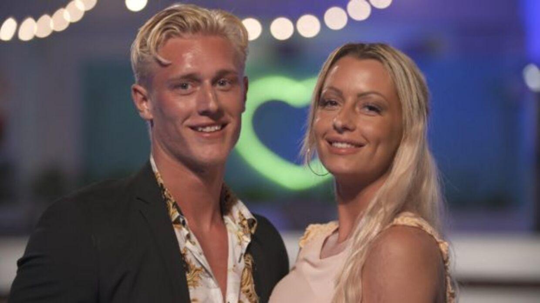 Julie og Oliver fandt kærligheden i programmen 'Love Island', men da de kom hjem holdte forholdet ikke. I dag har Julie en anden kæreste, hvis navn stadig ikke er offentligt.