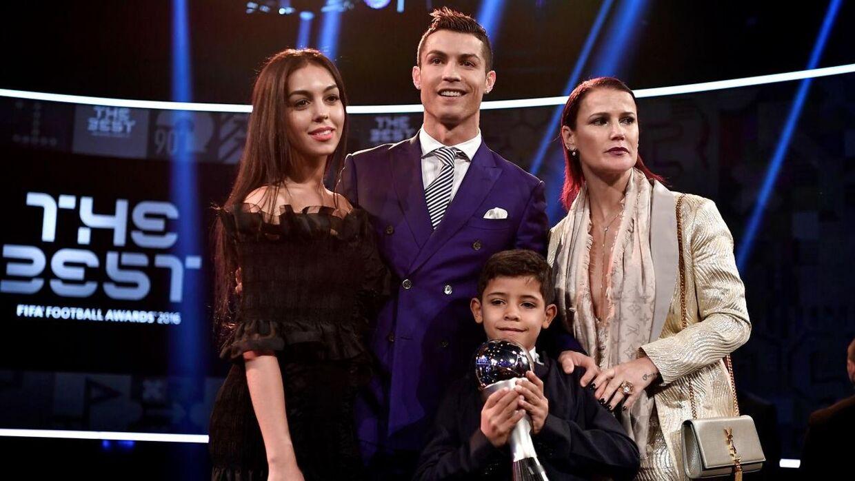 Cristiano Ronaldo og kæresten Georgina (tv.). Med på billedet er også Ronaldos søster Elma Aveiro og sønnen Cristiano Ronaldo Jr.