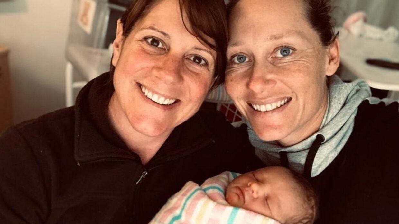 Samantha Stosur (th.) og kæresten Liz er blevet forældre til en lille pige.