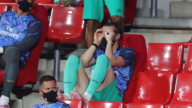 Gareth Bales opførsel har fået opmærksomhed. Her tog han sportstape op foran øjnene for at lave en kikkert.
