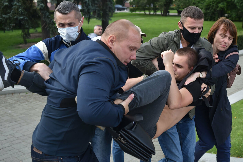 Hvideruslands politi tilbageholder en demonstrant, der støtter oppositionspolitikere ved det kommende valg i landet, 14. juli. Sergei Gapon/Ritzau Scanpix