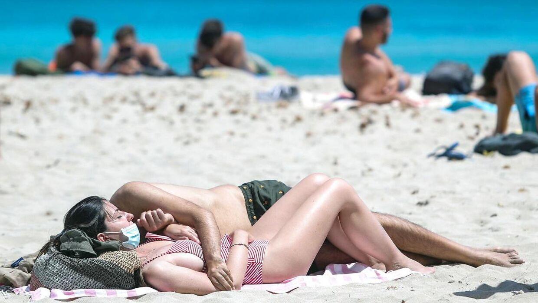 (Arkiv) Strandgæster på den italienske Mondello-strand i Palermo.