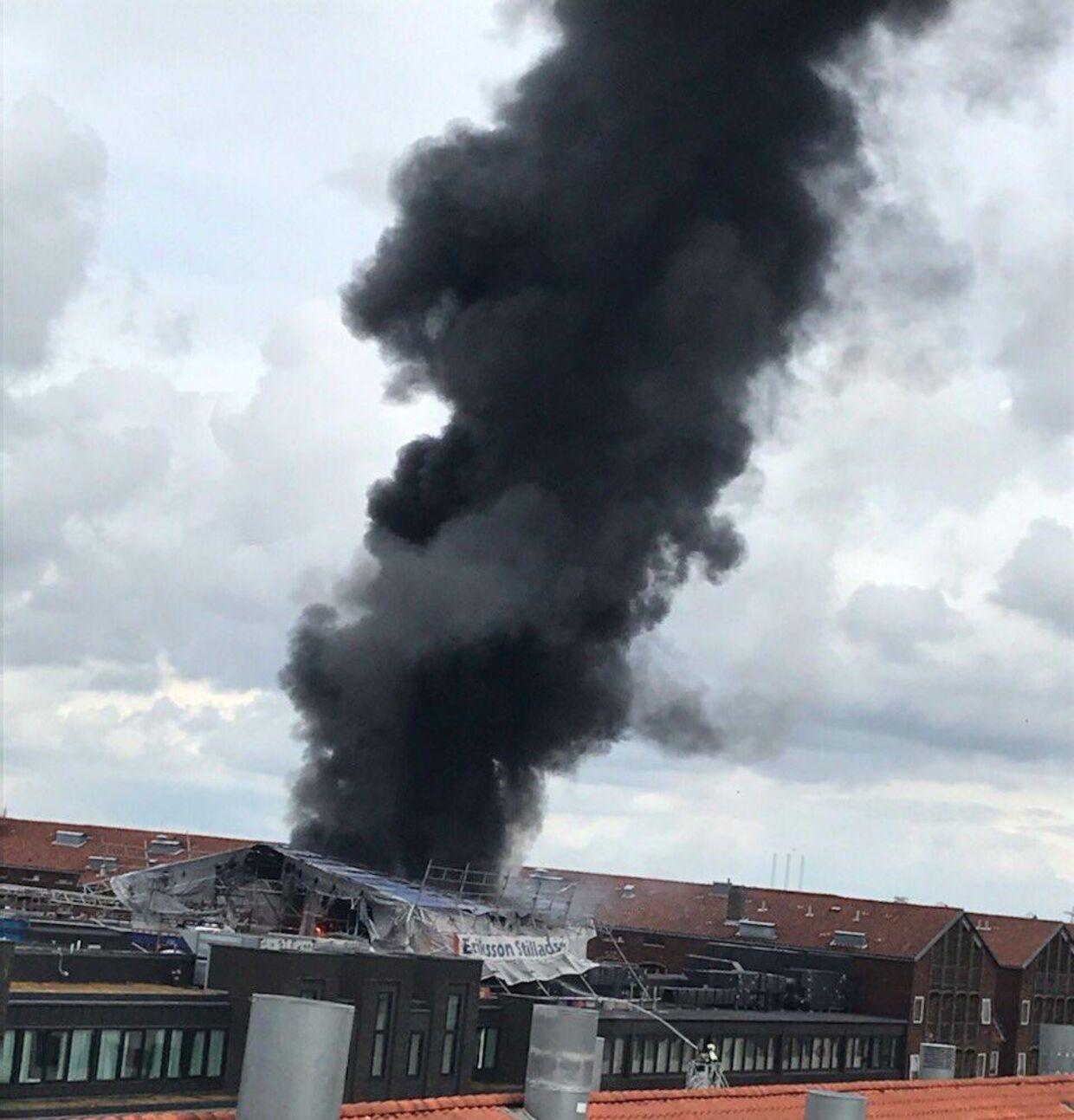 Her ses taget, der eer gået ild i. Foto: Hovedstadens Beredskab