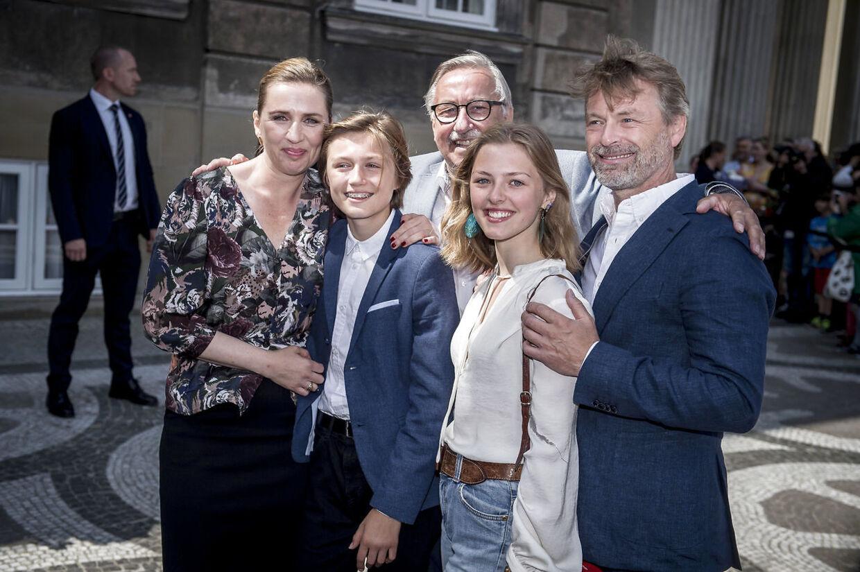 Mette Frederiksen med sin søn Magne, far Flemming Frederiksen, bonusdatter Mathilde og kommende mand, Bo Tengberg, i 2019.