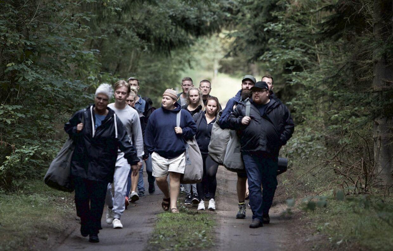De 14 beboere på vej til Gården, som bliver deres nye hjem de næste 10 uger.