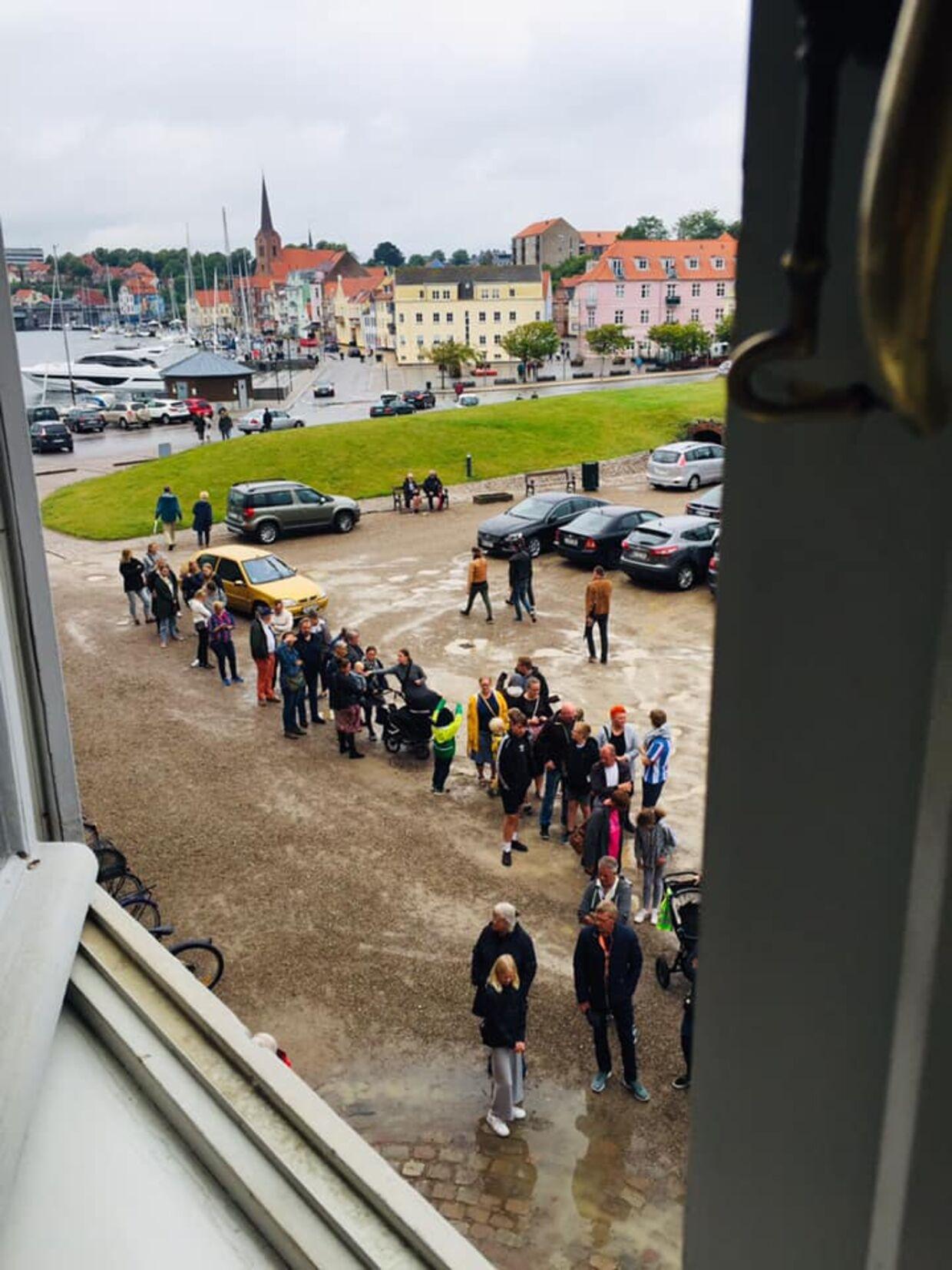 Sønderborg Slot havde allerede en halv time inden åbningen en lang kø af ventende gæster.