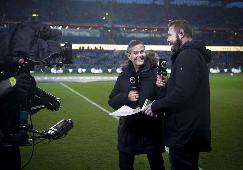 TV3's fodboldkommentator Carsten Werge i selskab med Joachim Boldsen ved en fodboldkamp.