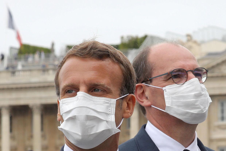 Frankrigs præsident, Emmanuel Macron, og premierminister Jean Castex med mundbind. Beslutningen er taget, efter at præsident Emmanuel Macron tidligere på ugen sagde, at han ønskede at gøre mundbind obligatoriske indendørs. (Arkivfoto). Pool New/Reuters