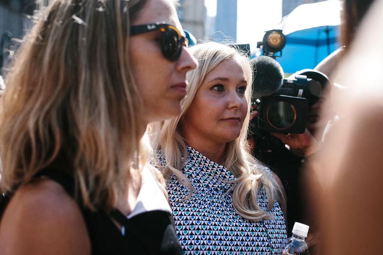 Efter Jeffrey Epsteins selvmord sidste år, kæmpede flere af hans ofre for, at sagen skulle fortsatte. Her ses Virginia Giufrre sammen med et af de øvrige ofre.