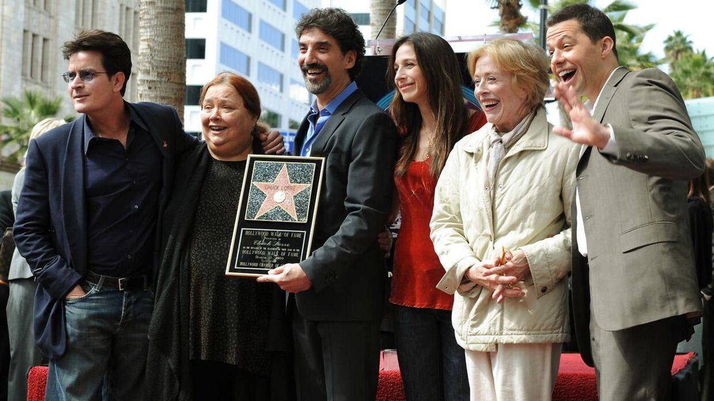 Conchata Ferrell (anden fra venstre) sammen med holdet bag hitserien 'Two and a Half Men' i 2009.