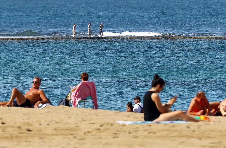 Turister slikker solskin på de canariske øer.