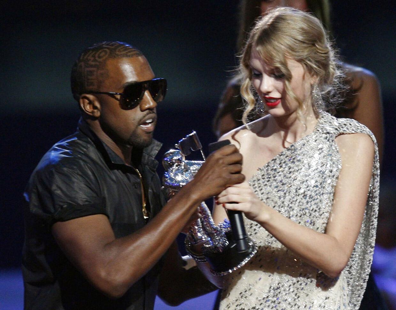 Kanye West forsøger i 2009 at tage MTV-prisen ud af hænderne på Taylor Swift.