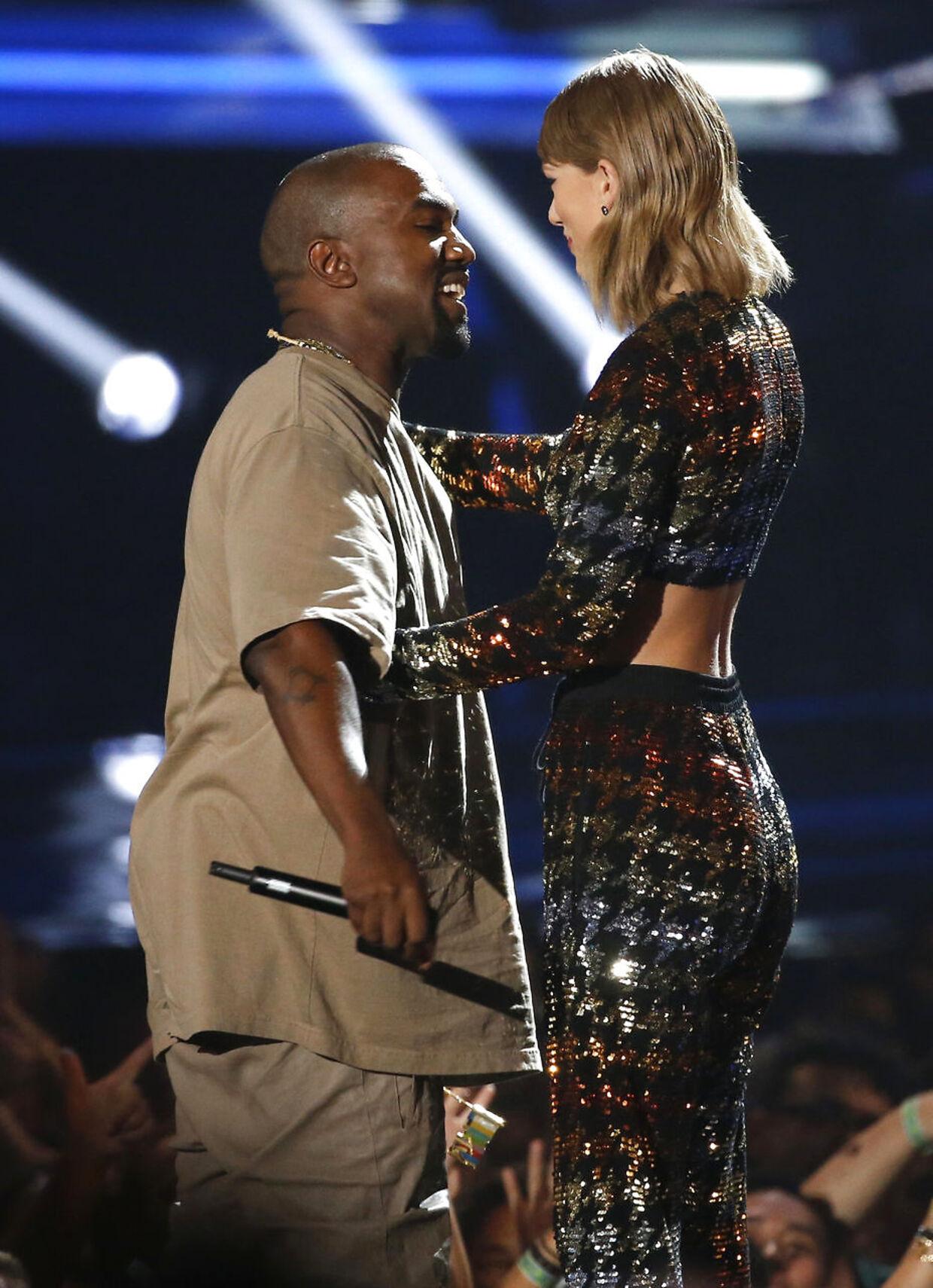 Her giver Taylor Swift frivilligt en pris til Kanye West - MTV Video Music Awards i Los Angeles 2015.