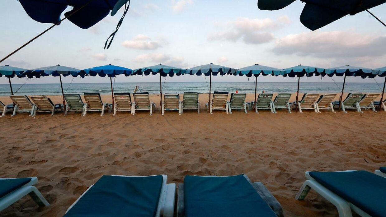 Her ses masser af tomme ligestolle på en strand på Phuket i Thailand.