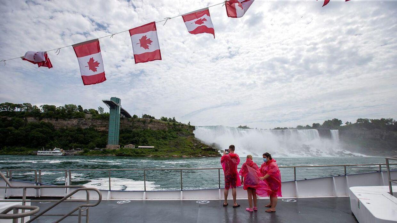 Tre af de fem turister omburd på den canadiske båd.