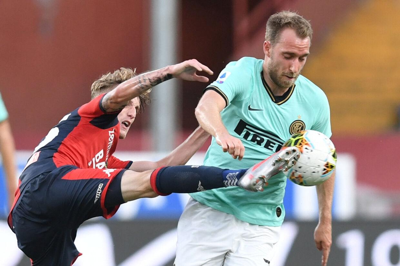 Inters danske spiller, Christian Eriksen, er her i kamp om bolden med Genoas Nicolo Rovella. Jennifer Lorenzini/Reuters