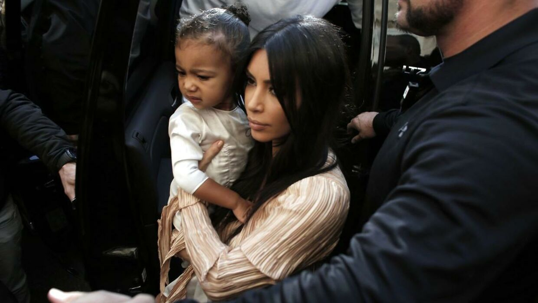 Det var blandt andet Kanyes udtalelser om datteren North West, der forleden vakte opsigt. Her et billede af datteren og hustruen fra 2015.