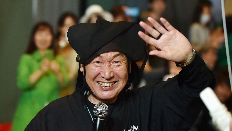 Arkivfoto. Kansai Yamamoto vinker til publikum efter et modeshow i Tokyo i 2015.