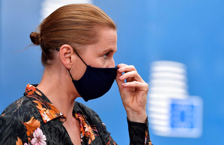 Danmarks Statsminister Mette Frederiksen iført mundbind under et EU-møde i Bruxelles 19. juli 2020. I midten af marts anbefalede ti lande mundbind som en effektiv måde at begrænse spredning af coronavirus. Siden er det blevet anbefalingen i 130 lande, dog endnu ikke i Danmark.